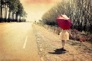 mulher-caminhando-numa-estrada-linda